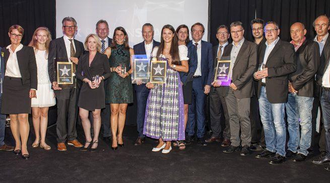 """""""Feier""""-Abend in Bielefeld: Unser Foto zeigt Sieger, Jurymitglieder und EK-Vorstand beim diesjährigen """"Passion Award""""."""