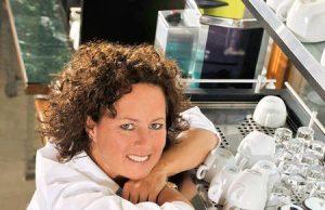 Nana Holthaus-Vehse war 2009 Deutsche Barista-Meisterin. Als Meister-Barista ist sie in der Welt des Kaffees zu Hause, hält Vorträge, gibt Schulungen und befasst sich mit dem Zusammenspiel von handwerklichen Fähigkeiten, unterschiedlichen Zubereitungsformen und Kaffeemaschinen. (Foto: livingpress)