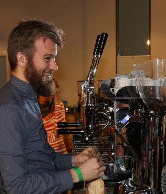 """Benjamin Wiemer ist der Head Barista von Woyton in Köln. Sie finden ihn auf unserer Titelseite und einmal im Jahr auf der Kaffeemesse """"Wofuha"""" in der Lüneburger Heide."""
