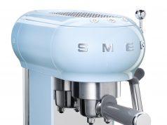 Smeg Espressomaschine ECF01 mit Edelstahl-Siebträger.