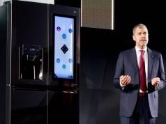 David VanderWaal, Vice President LG Electronics USA, präsentierte die neuesten Side-by-Side Kühlschränke, die per Alexa mit ihrer Außenwelt kommunizieren und per Antippens des Displays einen Blick ins Innere des Kühlschranks ermöglichen.