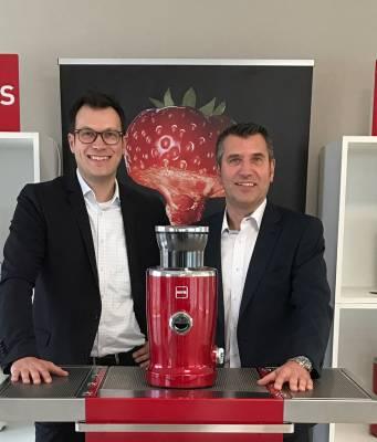 Die Brüder Norbert und Manfred Hälker (re) vertreten seit Jahresanfang die Schweizer Premium-Marke Novis in Deutschland.