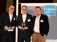 "Das EHI Retail Institute zeichnete die Cross Channel Retail Strategie von Euronics in der Kategorie ""Best Omnichannel Solution"" aus. Im Bild (v.li.): Michael Gerling (EHI), Jochen Mauch (Euronics) und Timo Weltner (Netformic E-Commerce Agentur."