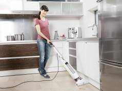 Mit dem FC 5 von Kärcher kann der Boden bis zur Kante von Möbeln mühelos gereinigt werden.