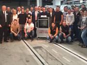 Thomas Baumeister, Geschäftsführer der Neff GmbH in Bretten (2. v.l.), freut sich mit den Mitarbeitern über den ein millionsten Slide&Hide Backofen.