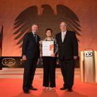 """Grundig scheint auf den Award als """"Fachhandelmarke des Jahres"""" abonniert zu sein. Horst Nikolaus (li), Geschäftsführer Grundig, sowie Gerlinde und Jürgen Müller als Vertreter der Grundig Fachhandels Initiative (GFI) freuen sich über die erneute Anerkennung ihrer Fachhandels-Strategie."""