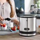 Die KüchenMinis der WMF bekommen Zuwachs. Die neuen Stars der 3. Generation sind ein Joghurtbereiter, ein Smoothie-to-go-Mixer, ein kompakter Glas-Wasserkocher Vario mit integrierter Teezubereitung, ein platzsparender Tischgrill sowie – unser Highlight - eine Eismaschine für dreierlei Gefrorenes. Zum Dahinschmelzen!