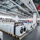 Waschmaschinen – wohl ganz bewusst auf Paletten ausgestellt - soweit das Auge reicht.