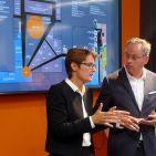 EK-Vorstand Susanne Sorg und Lutz Burneleit, Bereichsleiter Comfort, erläutern die Neugestaltung der Elektrofläche.