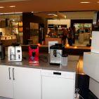 Im Sortiment: Kaffeevollautomaten wie auch hochwertige Küchen.